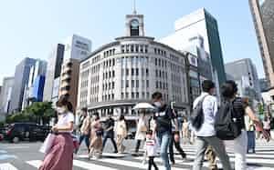 マスク姿で銀座を行き交う人たち(2021年5月9日、東京都中央区)