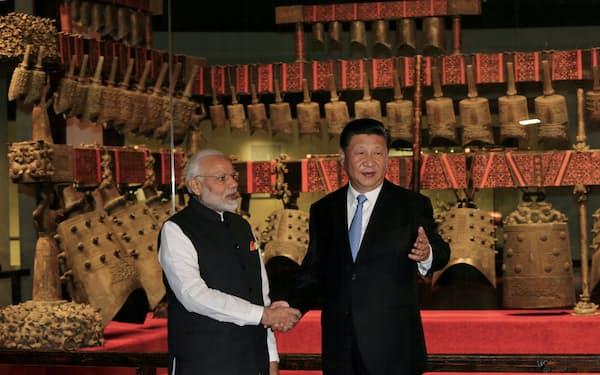 モディ首相(左)と習国家主席は2018年と19年に非公式協議を行ったが、その後の関係悪化で現在は途絶えている=ロイター