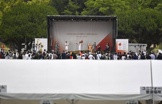福岡県全域で聖火リレーの公道走行が中止となり、一般客の入場を規制して福岡市の平和台陸上競技場で開かれた点火セレモニー=11日午後