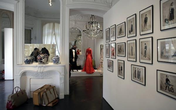 オークションにかけられた高田賢三さんの遺品の美術品や家具、絵画、ドレスなど(パリ、10日撮影)=AP
