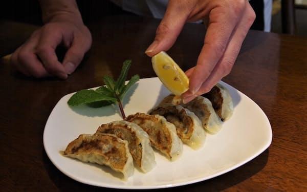 レモンを具に使った焼ギョーザはレモン汁をかけて味をひきたてる(中国料理北京本館)