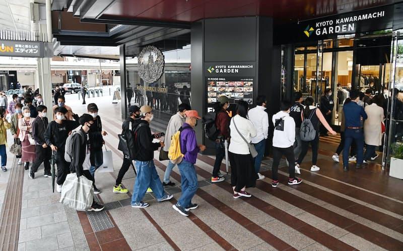 オープンした京都河原町ガーデンに入る人たち(12日午前、京都市下京区)