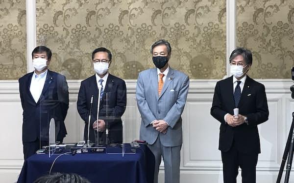 立憲民主党の安住淳国対委員長(右)