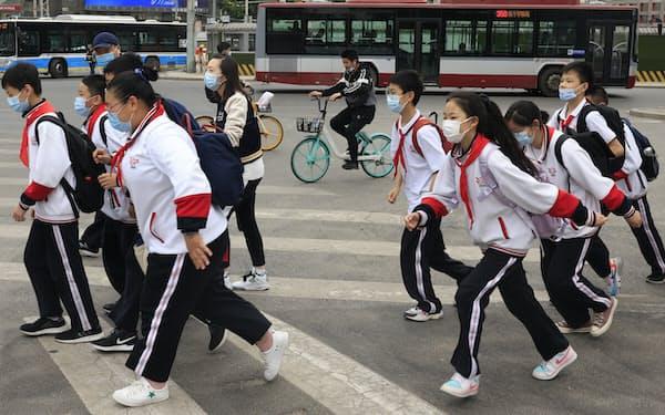 マスクをつけて通学する中国人の子どもたち(北京市)=AP