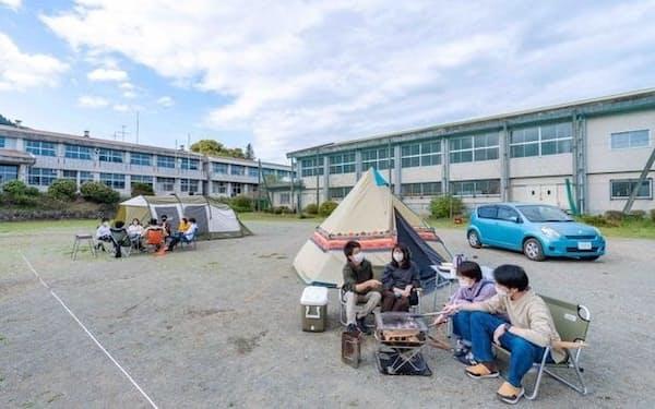 校庭などにテントなどを設営しキャンプを楽しめる(イメージ)