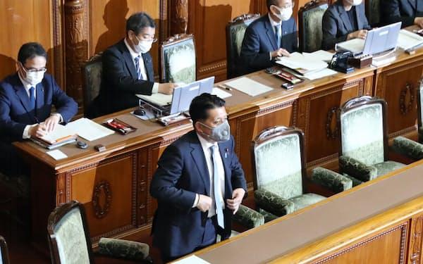 参院本会議でデジタル改革関連法が可決、成立し、一礼する平井デジタル改革相(12日午後)