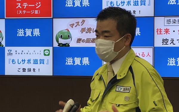 県内首長らとのWEB会議後に記者団の質問に答える滋賀県の三日月大造知事(12日、滋賀県庁)