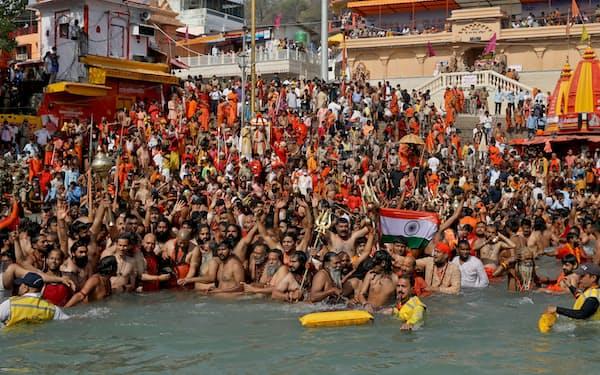 ヒンズー教の大祭「クンブメーラ」の沐浴の儀式のためガンジス川にマスクなしの巨大な群衆が集まった(4月14日、インド北部の聖地、ハリドワールで)=ロイター