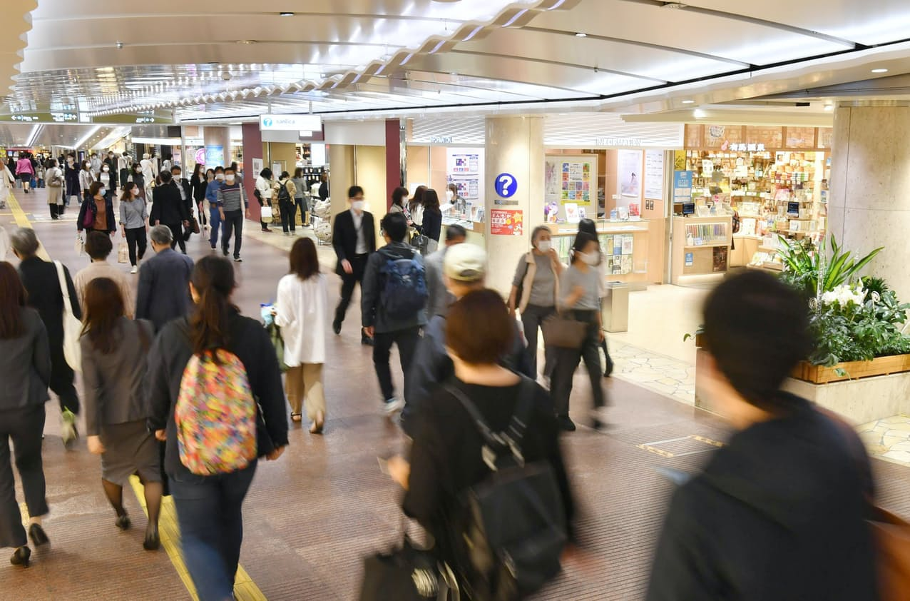 平日の営業を再開した三宮地下街「さんちか」(12日、神戸市中央区)