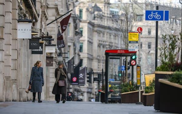 多くの商業施設が休業し閑散とする繁華街(1月17日、ロンドン)=ロイター