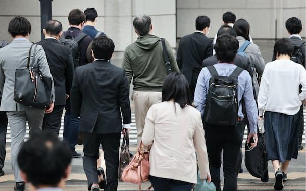 大型連休が明け、通勤する人たち(6日午前、東京・丸の内)