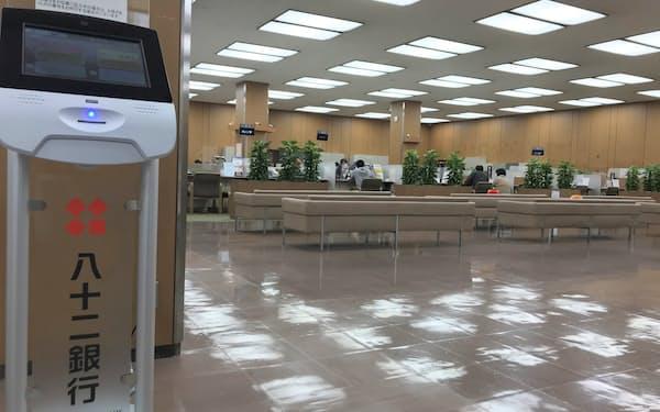 八十二銀では照明をLED化するなどし、CO2を減らす(長野市の本店営業部)