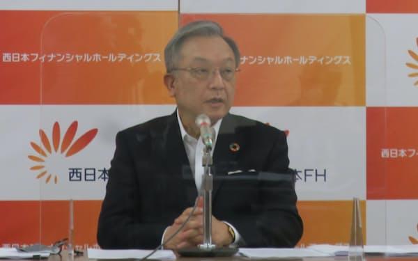 決算発表する谷川社長(12日、福岡市)