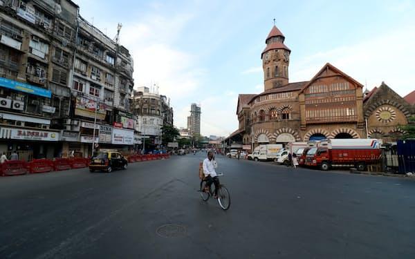インドでは各地で外出規制が続く(4月23日、ムンバイ)=ロイター