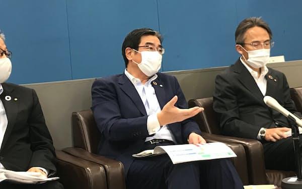 「着実に利益は増加している」と強調する深井彰彦頭取㊧(12日、前橋市)