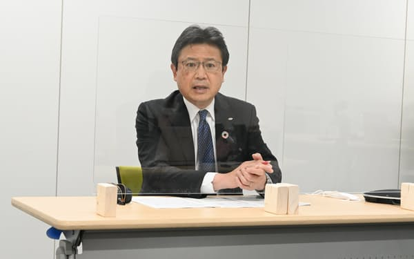 記者会見するGSユアサの村尾修社長(12日、京都市)