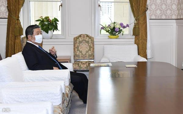 自民党の森山国対委員長(左)と立憲民主党の安住国対委員長