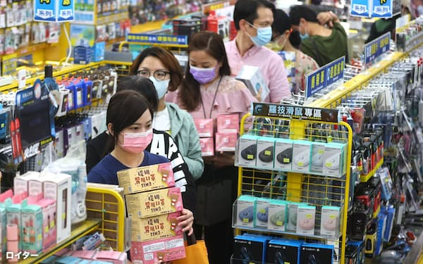 People queue to buy face masks at a store, following the outbreak of coronavirus disease (COVID-19), in Taipei Taiwan, May 12, 2021. REUTERS/Ann Wang