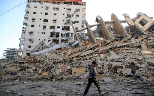 イスラエル軍の空爆で破壊された建物(12日、パレスチナ自治区ガザ)=ロイター