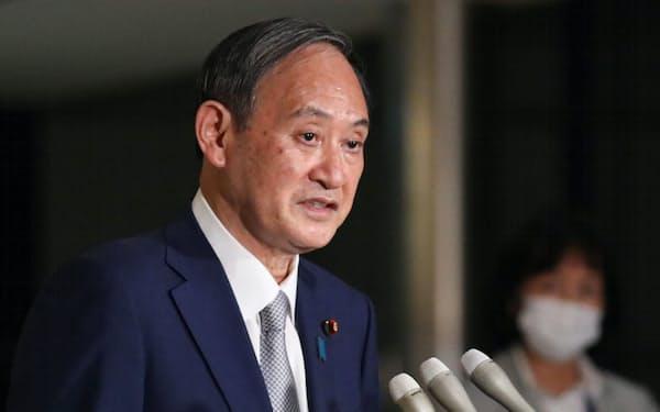 報道陣の質問に答える菅首相(12日午後、首相官邸)