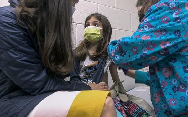 米ノースカロライナ州で3月、治験のためワクチン接種を受ける9歳の少女=デュークヘルス提供・AP