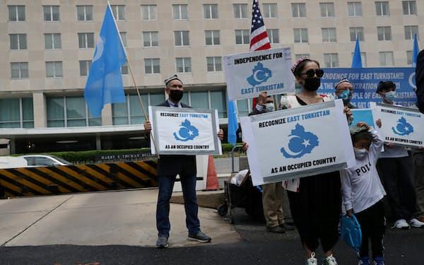 米国務省前で中国のウイグル族弾圧に抗議する人々(5日)=ロイター