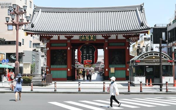 東京・浅草の雷門前も観光客は少ない状況だった(東京都台東区)