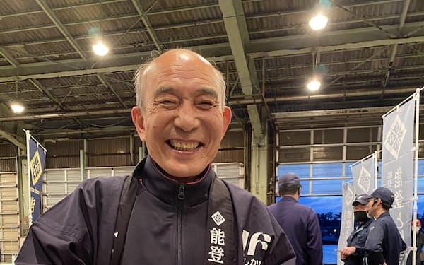 産学官で養殖技術を研究。「今年も大きく、おいしく育っているよ」と話す小泉組合長(12日夜、金沢市)