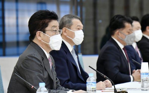 サイバーセキュリティ戦略本部の会合であいさつする加藤官房長官(手前)=13日午前、首相官邸・共同