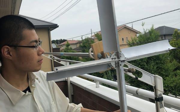 自宅ベランダに風力発電を自作した小松楓さん(茨城県阿見町)