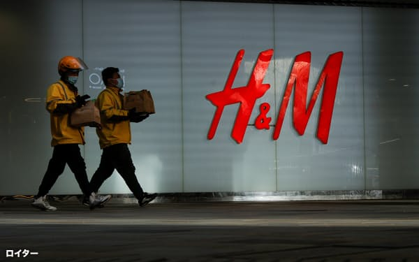 世界的にESGの動きが強まる中、アパレル大手H&Mなど中国市場に大きく依存する企業は中国政府との関係で難しい対応を迫られている=ロイター