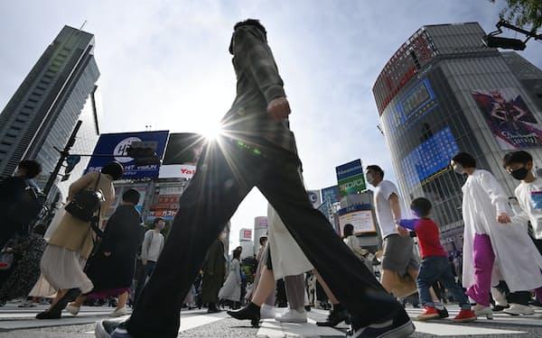 スクランブル交差点を歩く多くの人たち(2021年4月24日、東京都渋谷区)