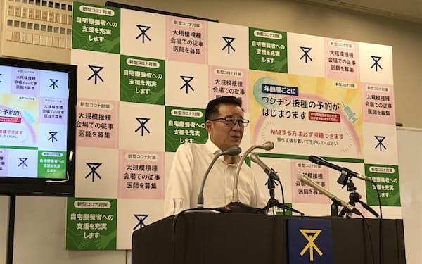 記者会見する大阪市の松井一郎市長(13日、大阪市役所)