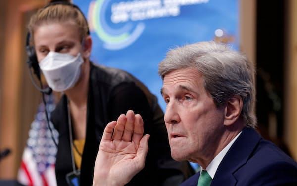 ホワイトハウスで開かれたオンラインでの国際会議に望むケリー特使(4月23日、ワシントン)=ロイター
