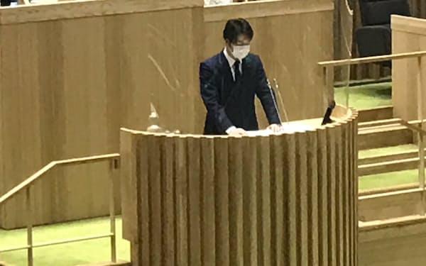 臨時本会議で答弁する鈴木直道知事(13日、北海道議会)