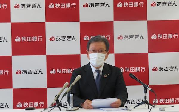 2021年3月期決算を発表する新谷頭取(13日、秋田銀行本店)