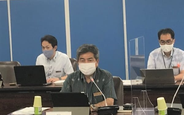 記者会見する琉球銀行の川上康頭取(13日、那覇市)