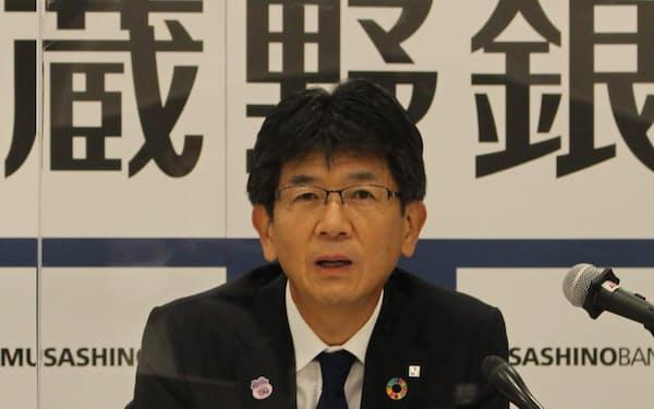 決算会見に出席した武蔵野銀行の長堀頭取