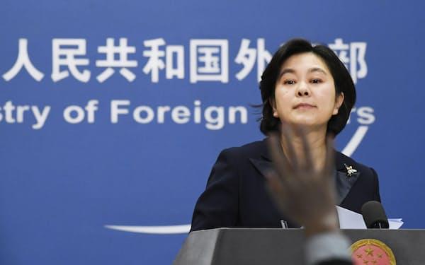 記者会見する中国外務省の華春瑩報道局長=北京(共同)
