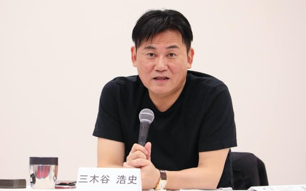 決算記者会見で話す楽天グループの三木谷会長兼社長