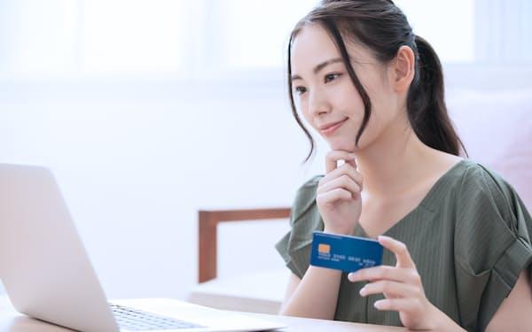 クレジットカードの明細をウェブに切り替えれば、明細作成手数料の削減に加え、ペーパーレスにも貢献できる(写真はイメージ=PIXTA)