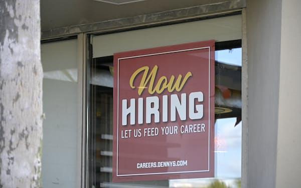 求人広告を掲げるレストラン(米フロリダ州)=AP