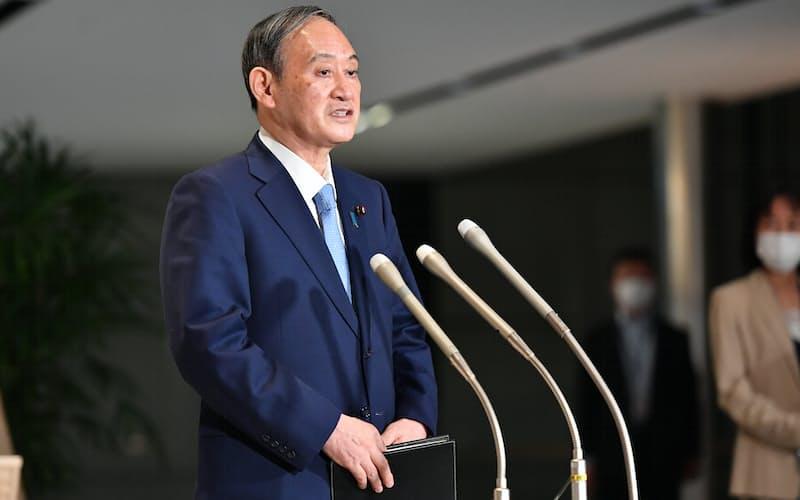 記者の質問に答える菅首相(13日午後、首相官邸)
