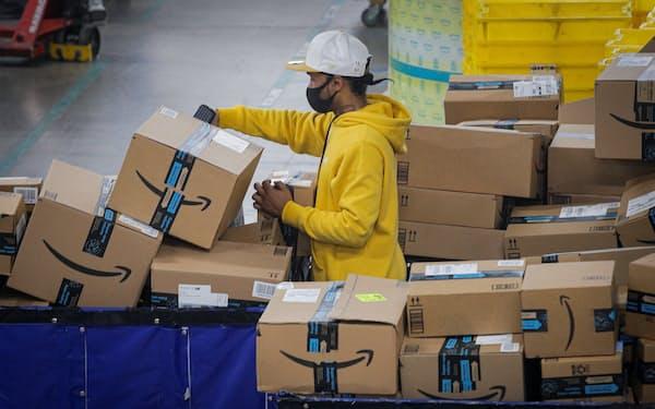 アマゾンは米国とカナダの物流施設で初任給を平均時給17ドル以上に引き上げる=ロイター
