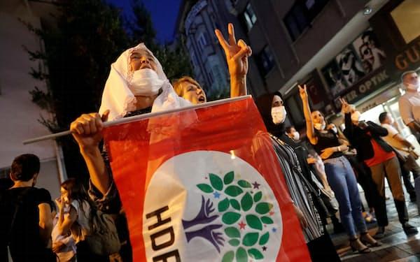 イスタンブールでHDP党員の逮捕に抗議する同党支持者=ロイター