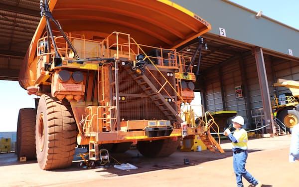 鉄鉱石運搬トラックは巨大で電動化は大きな課題だ(西オーストラリア州)