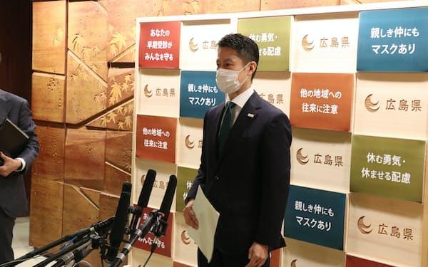 取材に応じる湯崎知事(14日、広島県庁)