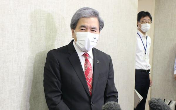 「まん延防止等重点措置」の適用について記者会見する蒲島知事(14日、熊本市)