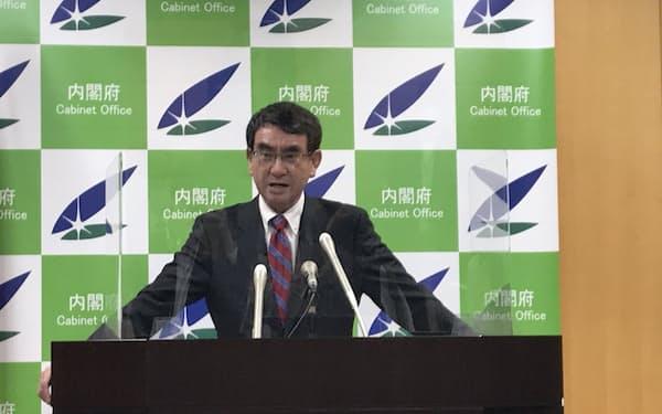 閣議後の記者会見に臨む河野規制改革相(5月14日)