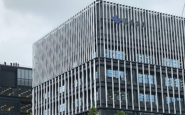 福井銀行の新本店(手前)の横に立つ北国銀行福井支店